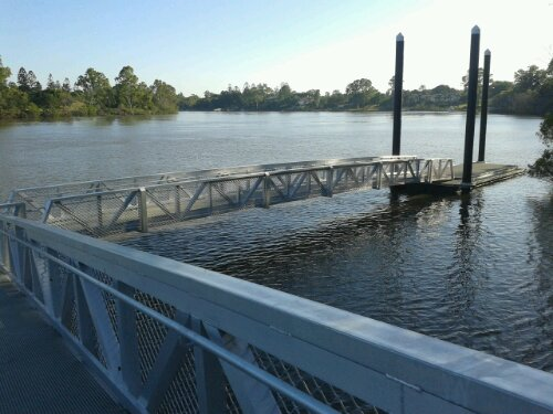 River access via a floating jetty
